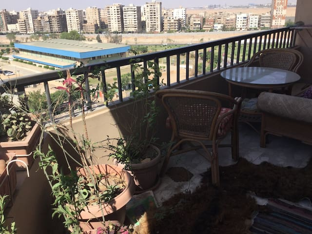 Cozy Large Room Next To Airport - Kairo - Apartemen