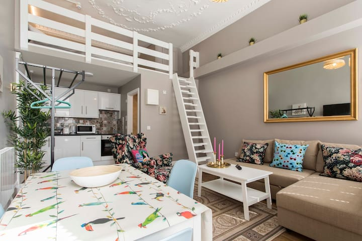 Studio 2nd Flr + Loft Bed + TV + WIFI O'Connell St