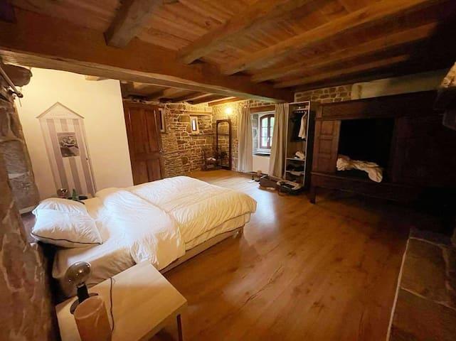 Premier étage : une des deux grandes chambres avec douche et WC privatifs. Dans cette pièce, un lit breton authentique en plus pour un ou deux jeunes enfants.