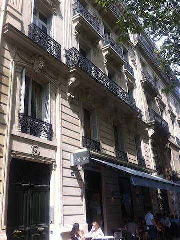 Appartement 18 m² à 100m des Champs-Elysées -75008
