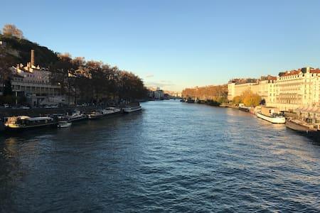 Loft lumineux au bord de la Saône - Lione