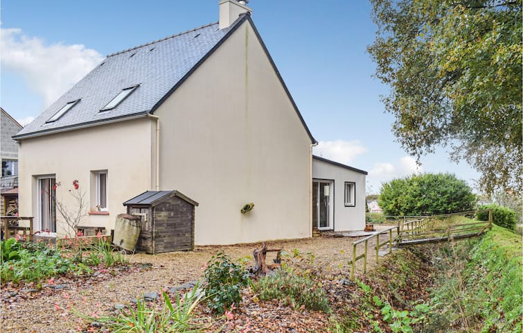 Holiday cottage with 3 bedrooms on 100m² in Guerlesquin