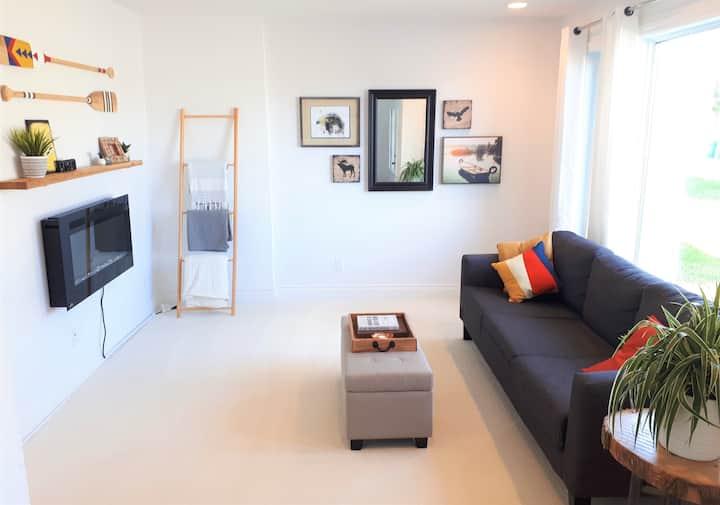 Stylish & Cozy Suite in Beautiful Neighbourhood!
