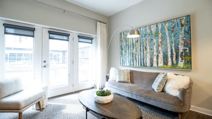 Professionally-cleaned 2BD condo in Downtown Richmond with fast wifi