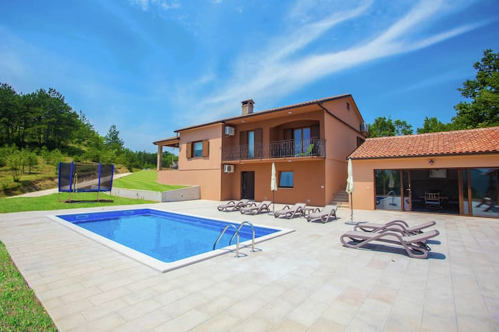 That view is brilliant! Private pool and peaceful yet central location near Pazin