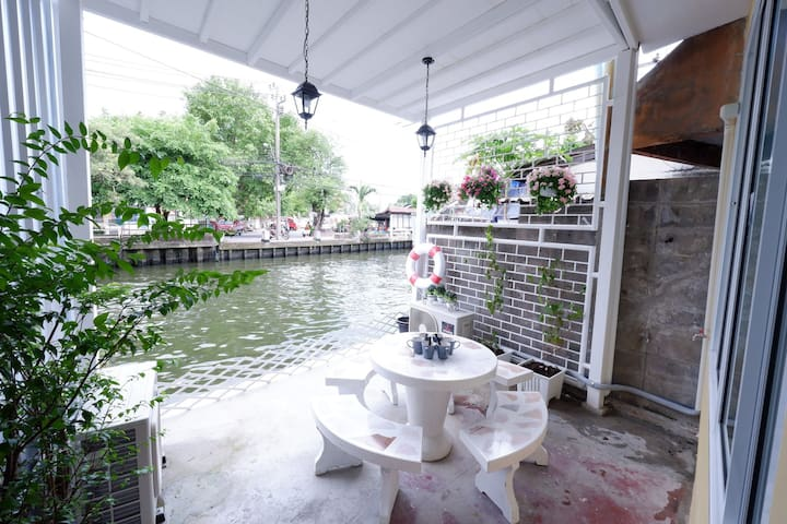 Canal Touched Family Room B/ MRT/ Boat Bus/Market
