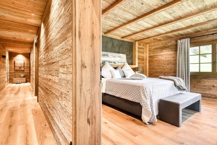 3. Schlafzimmer mit Doppelbett; es befindet sich im 2. Obergeschoss