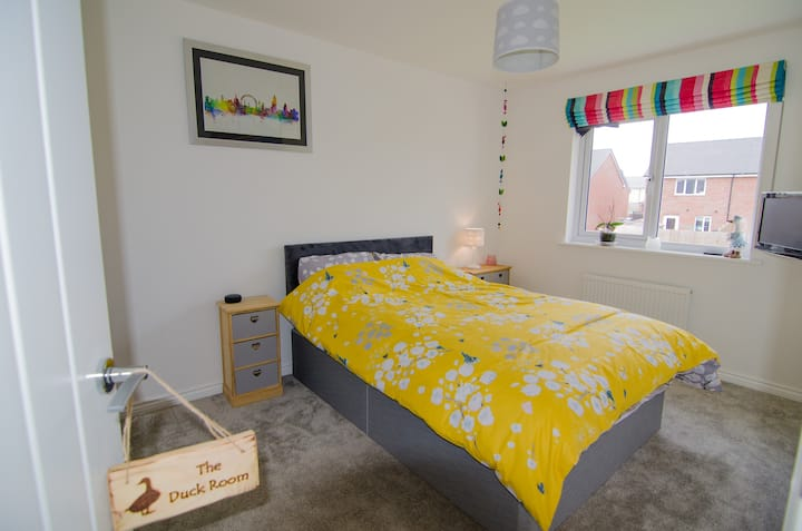 Spacious double bedroom close to airport & Amazon.