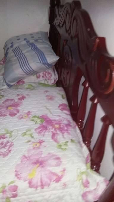 quarto com cama de casal com ar
