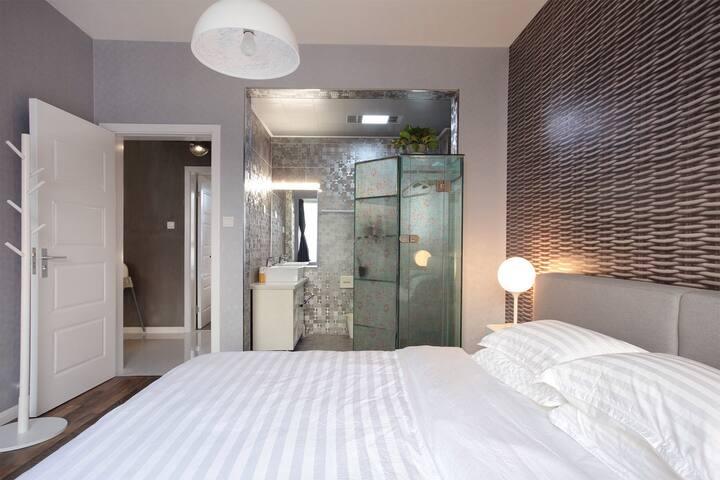 带独立卫生间大床房配有星级酒店专用床垫和床上用品,让你在旅途中得到最好的休息和放松。