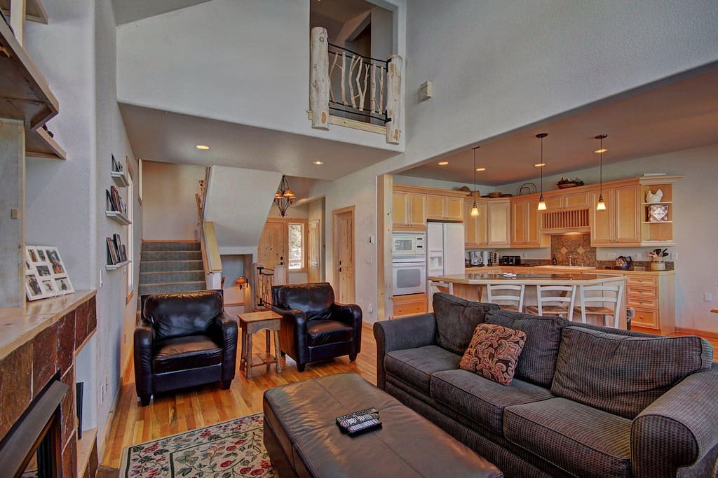 Living Area with Gas Fireplace - Plenty of seating for the group.