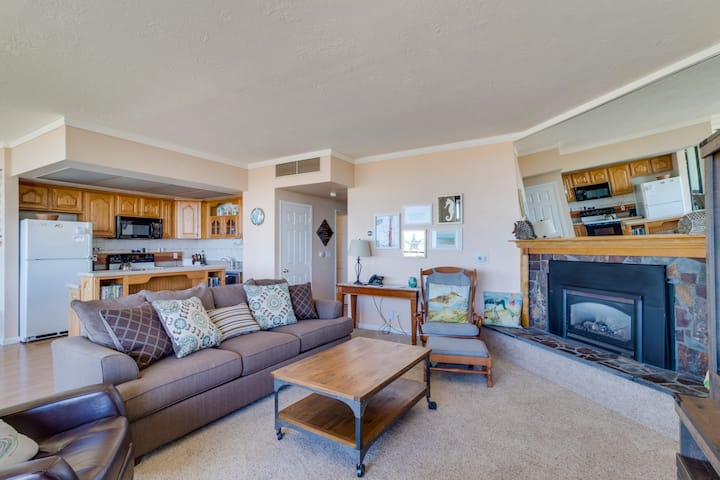 Oceanfront getaway w/ amazing views & beach access - close to everything!