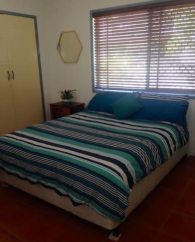 Room in a quiet, central area. - Maroochydore