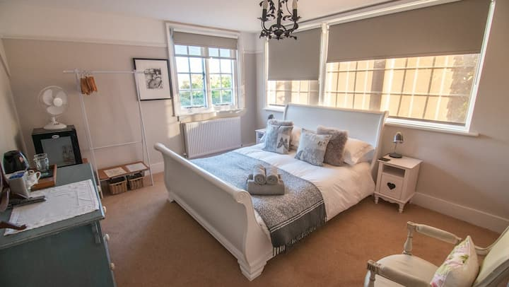 Bright & Spacious B&B in Rye with Parking