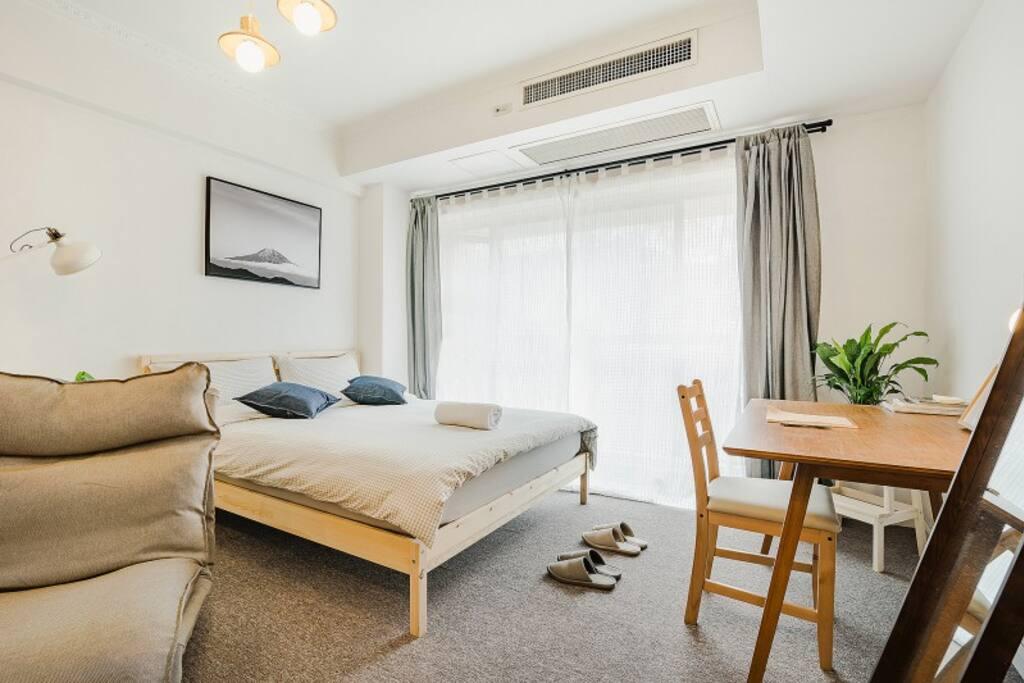 全套MUJI床品+IKEA浴巾+IKEA柔软床垫,触感极佳.床边加湿器+MUJI精油,开启之后带来全身舒缓的体验