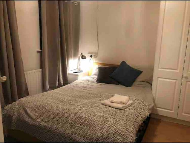 Double bedroom 11 mins to airport