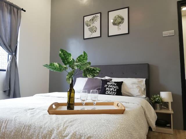 Bedroom 1 with x1 Queen Bed