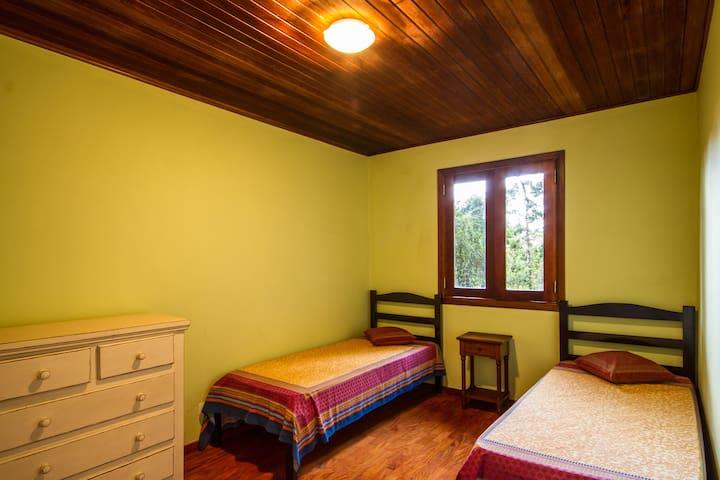 Quarto do chalet com duas camas de solteiro