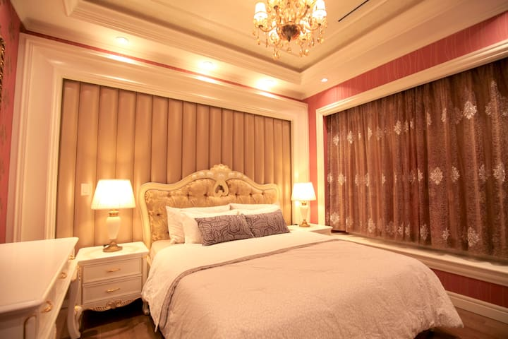 Deluxe King Room with Ensuite in a Fancy House(2)
