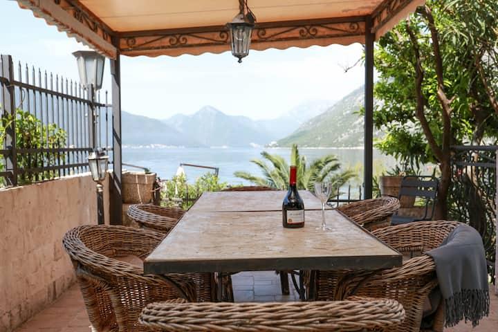 Exclusive villa in the 1st line fom the sea