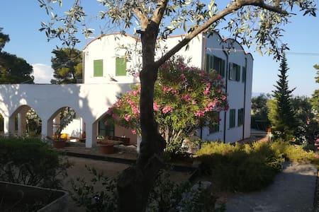 Piano Terra in Villa sul mare con campo da tennis