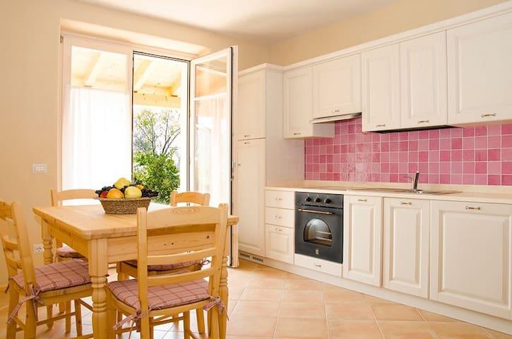la cucina legno pitturato bianco senza vernici chimiche