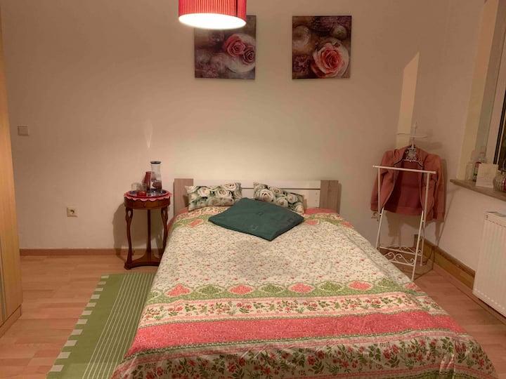 großes, helles Zimmer in 1-Familienhaus