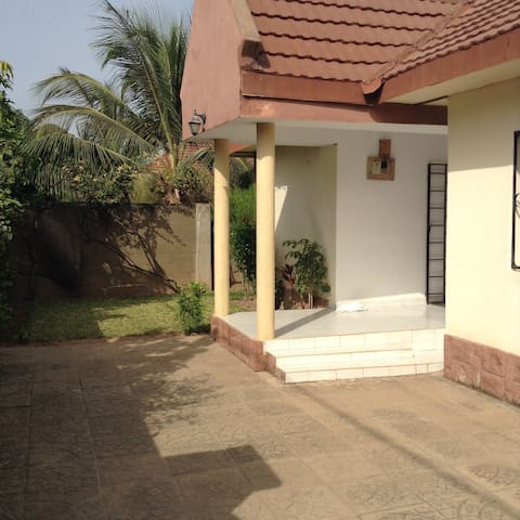 3 bedroom bungalow close to beach - Brufet garden - Bungalow
