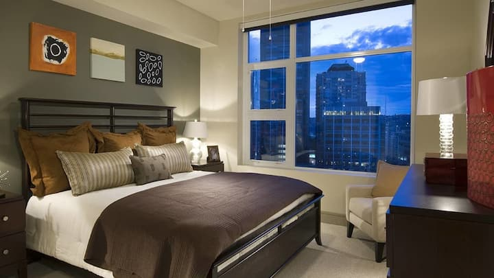 Deluxe 1BD suite in Boston with floor-to-ceiling windows