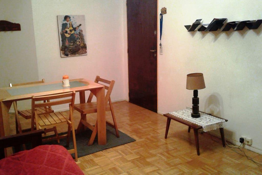 Mesa con 4 sillas, folletería turística a disposición