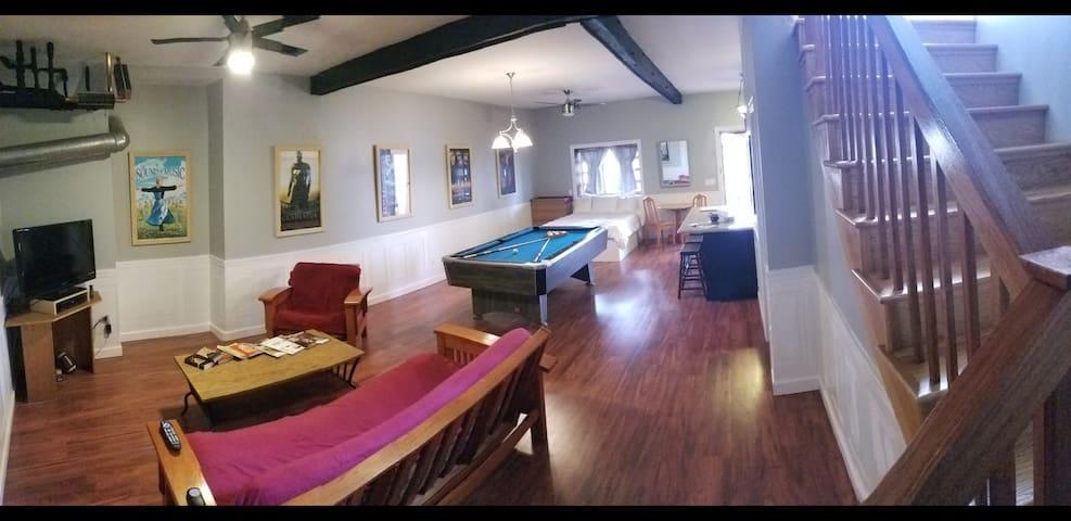 Large studio apt w/ private deck. Close to RUMC.