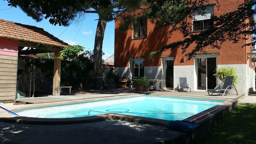 grand  studio, piscine, jardin bbq.