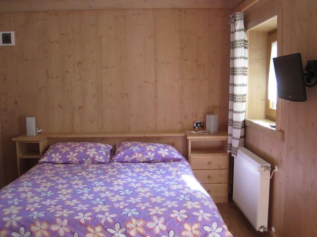Camera matrimoniale con bagno per vacanze - Forni Avoltri - Apartamento