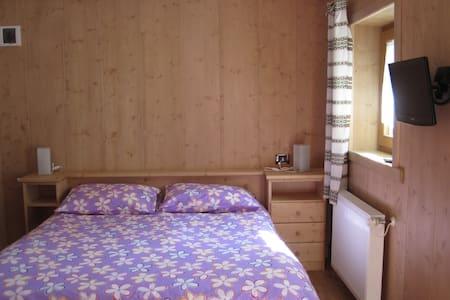 Camera matrimoniale con bagno per vacanze - Forni Avoltri - 公寓