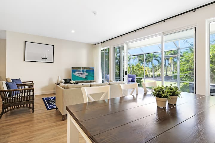 Palm Breeze. Golf front, WIFI, Foxtel, Buggy!