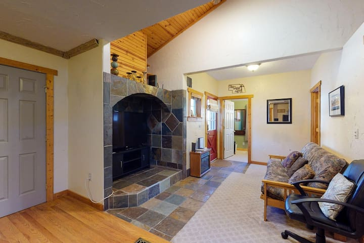 Cozy & quiet mountain home w/fireplace, backyard & grill - close to downtown!