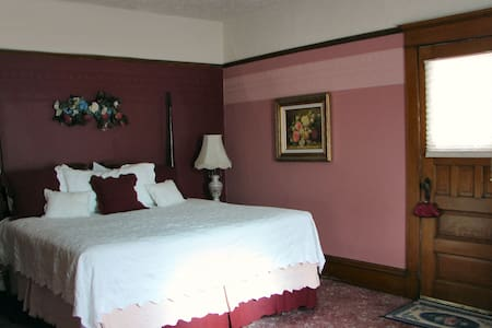 Dakotah Rose Bed & Breakfast // The Master Suite - Minot - Pousada