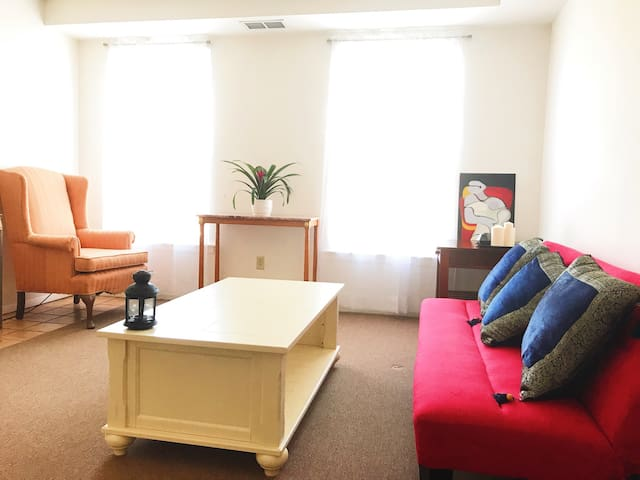 1.5 miles to Airport / private room - 2B / Parking