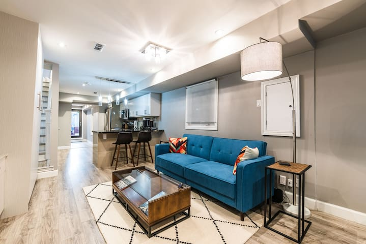 Downtown 2 BDRM House + Easy parking + Patio