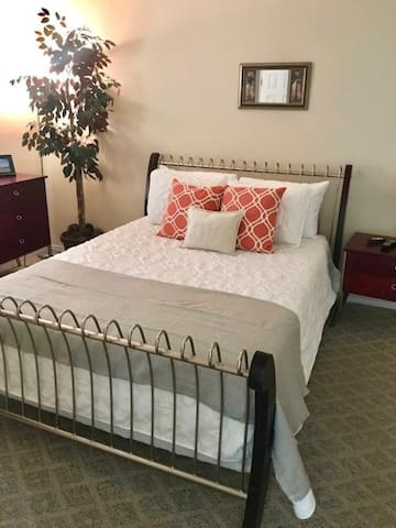 Comfy Lake Front~Flash Sale~$30 off Cleaning fee for bookings made after 12/9/19 with a departure date in Nov, Dec, Jan, Feb. Book Now! Romar Lakes 102B