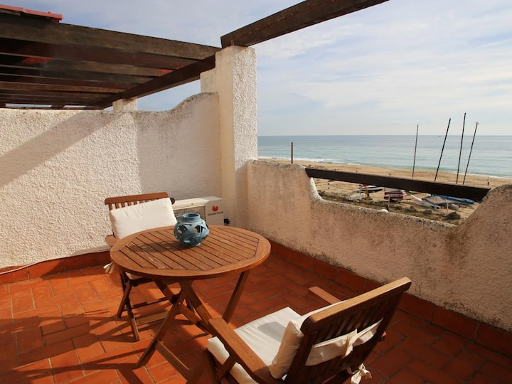 AT034 PLATJA CREIXELL: Very well equipped house on the beachfront