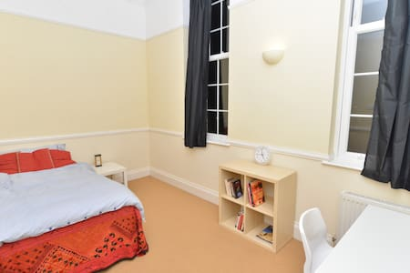 A comfortable peaceful double room near Gatwick - Caterham