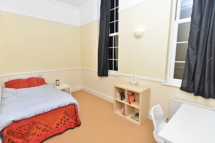 A comfortable peaceful double room near Gatwick