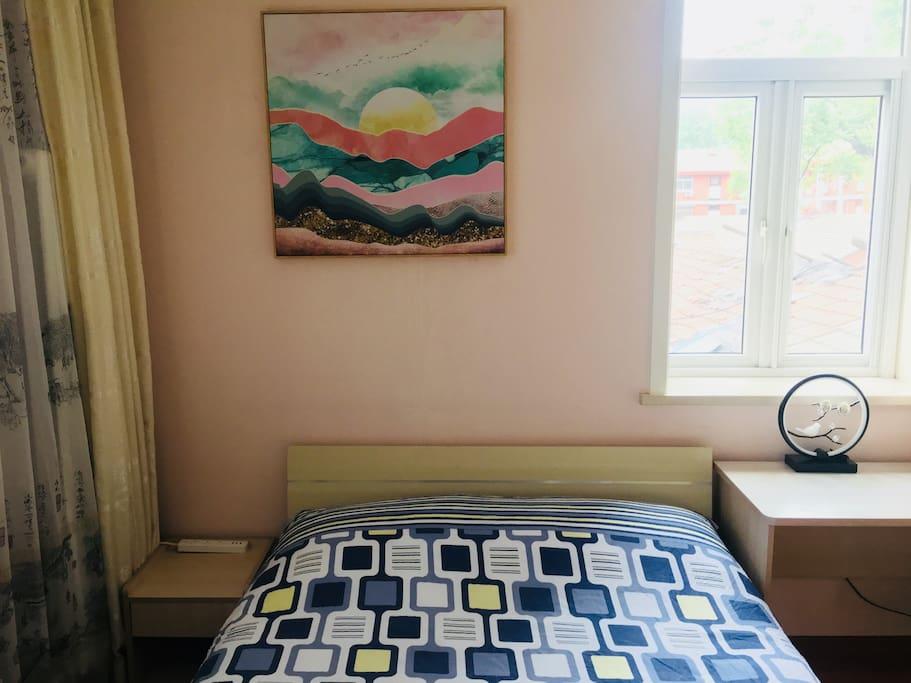Bedroom View -  Double Bed & decorative picture 双人床和装饰画