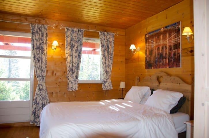 Bedroom 1: In the morning the sun will wake you up. / Chambre 1: Le matin, le soleil va vous réveiller. / Slaapkamer 1: 's Morgens maakt de zon je wakker.