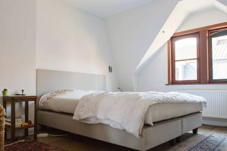 Quiet room in a cosy house 5min from city center - Dům