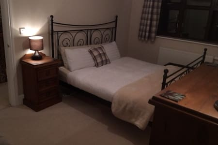 Modern SuperKing Bed + Private Bathroom - Lickey End - Talo