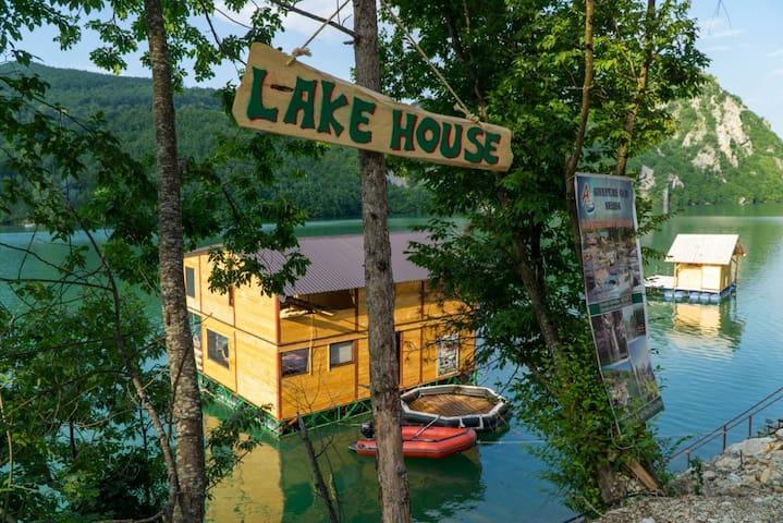 Charming lake house at Perućac Lake
