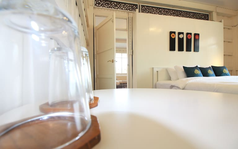 Ayutthaya Riverfront House♥Private King Bed Room