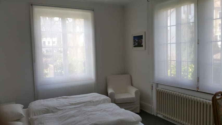 Comfortable room, 10 min. to Basel mainstation - Binningen - Hus